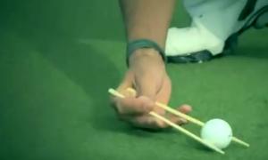 Сколько мячей для гольфа вы можете собрать китайскими палочками за 60 секунд?