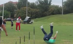 Игрок в гольф показал невероятный трюк